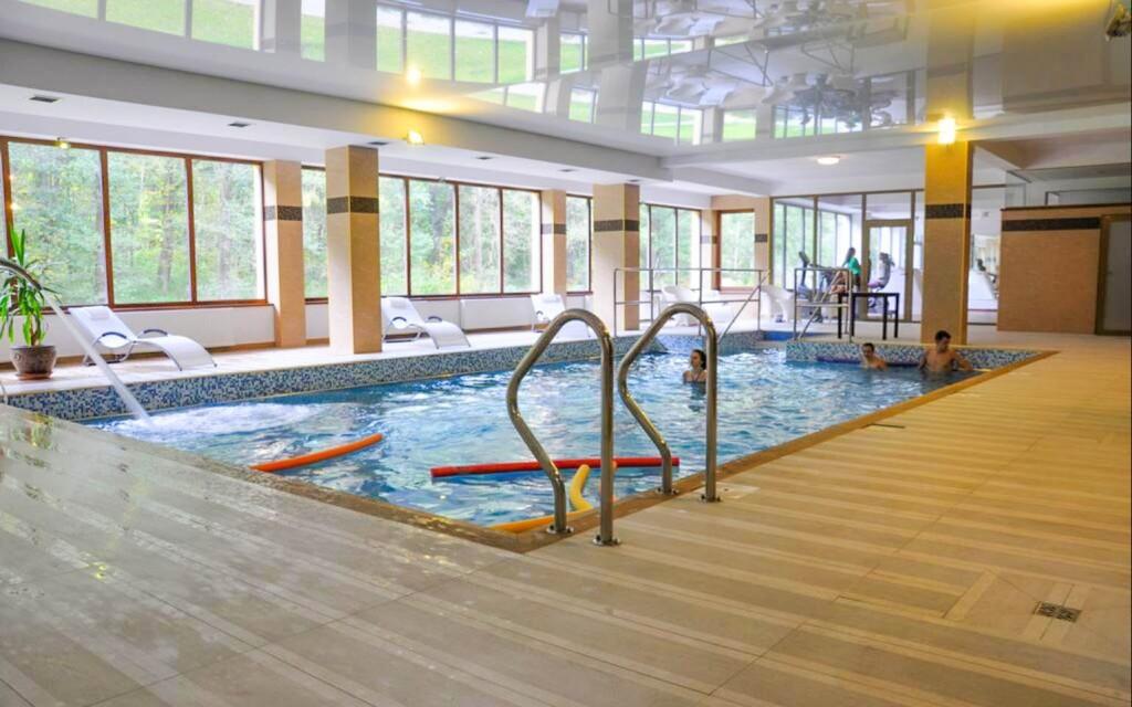 Ve wellness vás čeká plavání v bazénu se slanou vodou