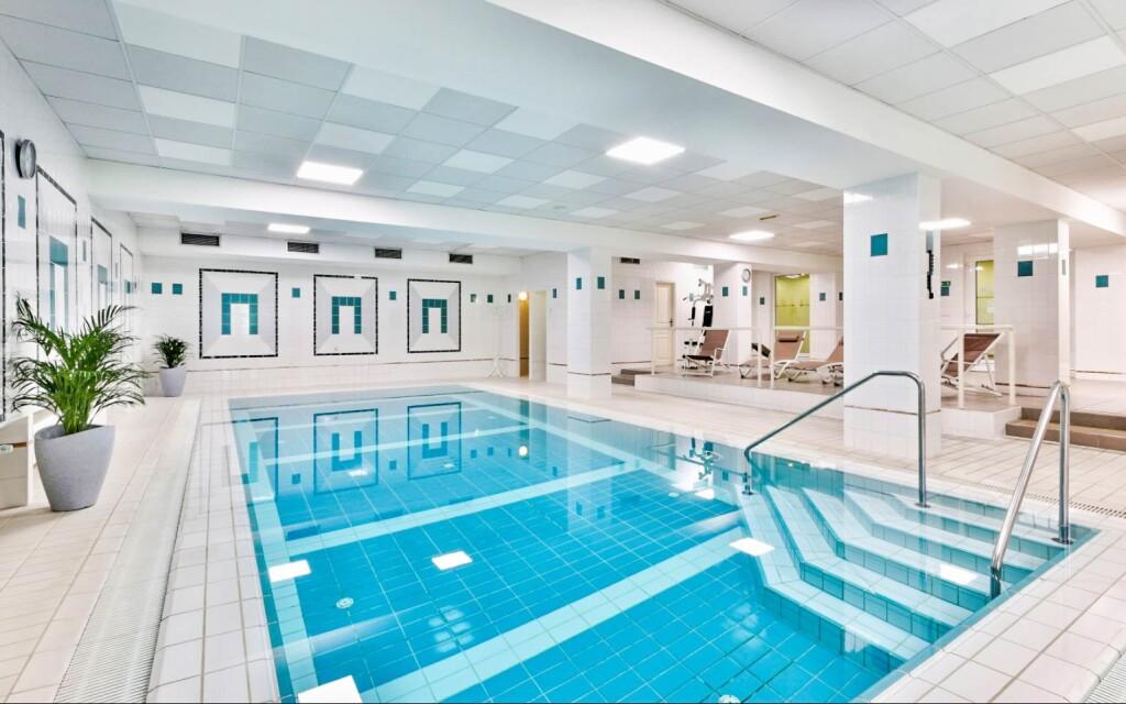 Užite si neobmedzený vstup do bazéna v 4 * Parkhoteli Golf