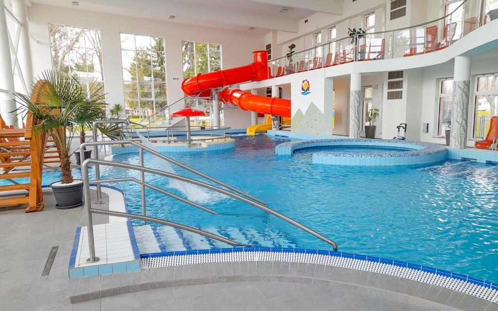 Termální koupaliště Bogács je s areálem hotelu propojené