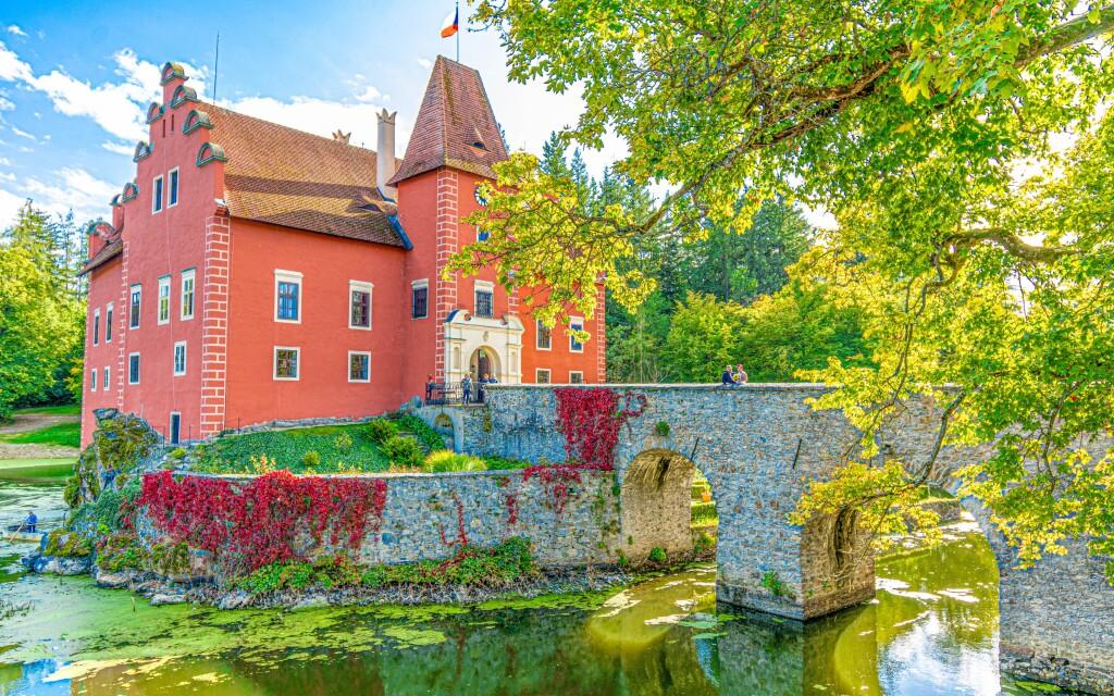 Krásný zámek Červená Lhota, kde se natáčela Zlatovláska