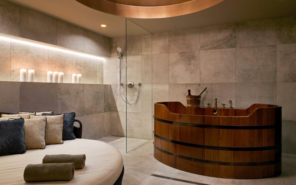 Vířivka je součástí hotelového wellness