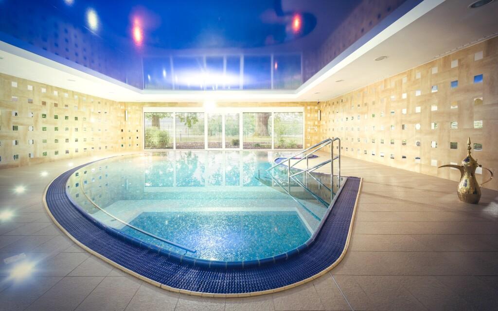 Hotelový bazén s teplotou 32 °C a masážními tryskami