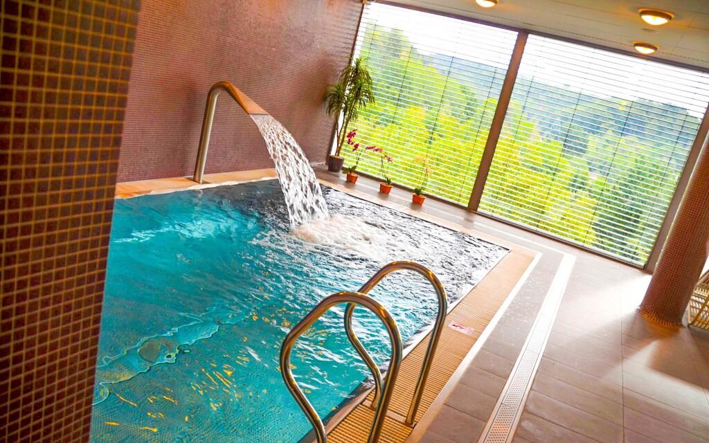 Bazén s relaxační zónou láká k odpočinku