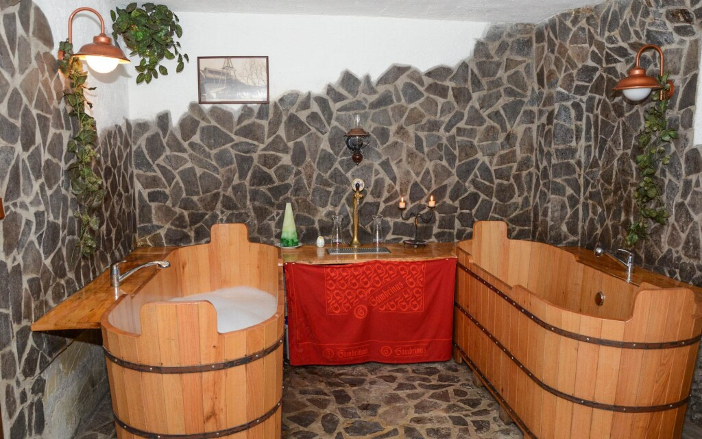 Užijte si pivní koupel ve dřevěných sudech