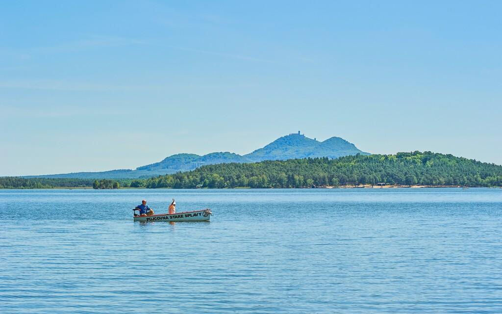 Co takhle projížďka lodí po Máchově jezeře?