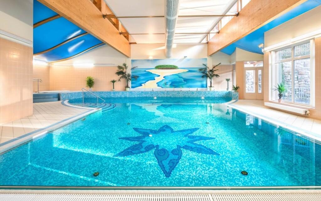 Těšte se neomezený vstup do bazénu, Interhotel Central ****