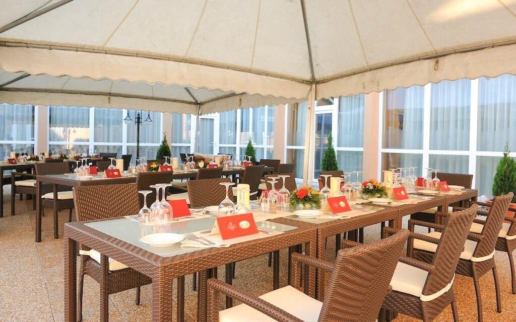 Venkovné posedenie v Hunguest Hoteli Flóra ***