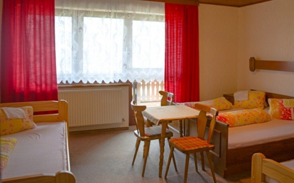 Pokoj penzionu jsou jednoduše, ale účelně zařízeny