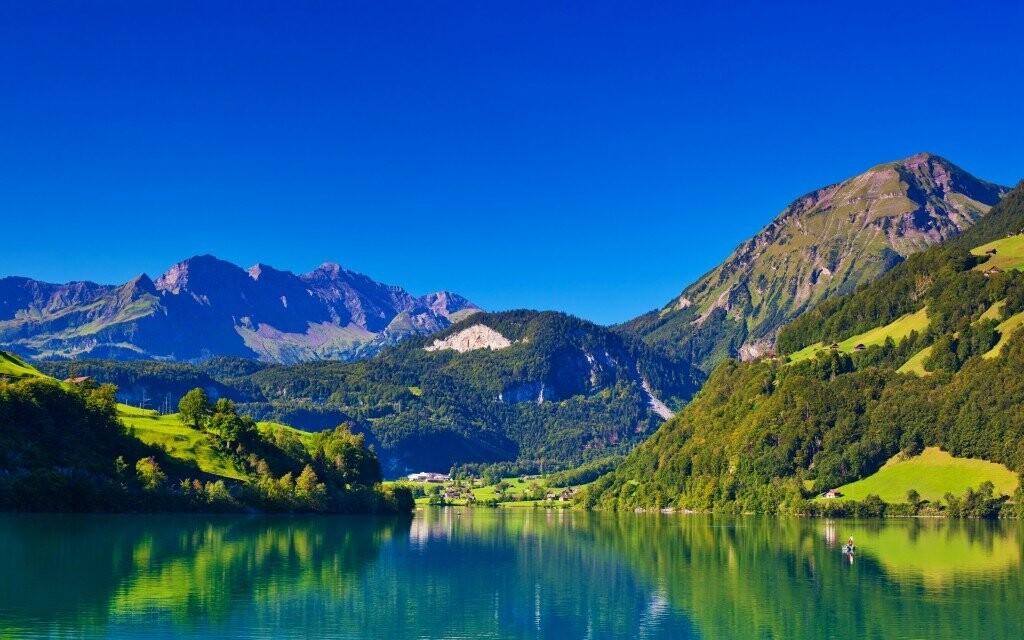Třpytící se jezera kontrastují se zelenými pláněmi