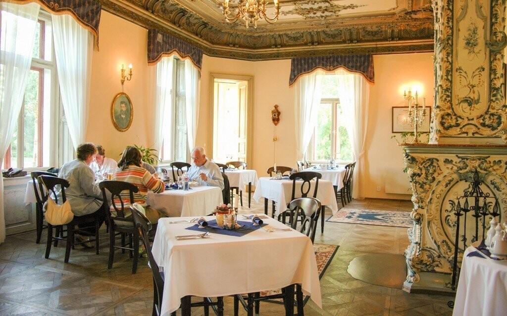 Při jídle se můžete kochat úžasným zámeckým interiérem s kachlovými kamny