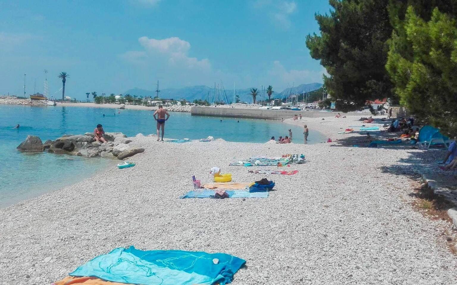 Kamienková pláž v letovisku Krkavica, Chorvátsko