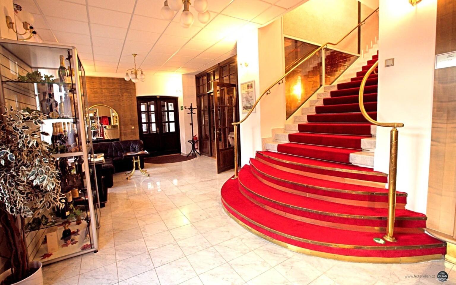 Uvítá vás recepce Hotelu Kilián ***