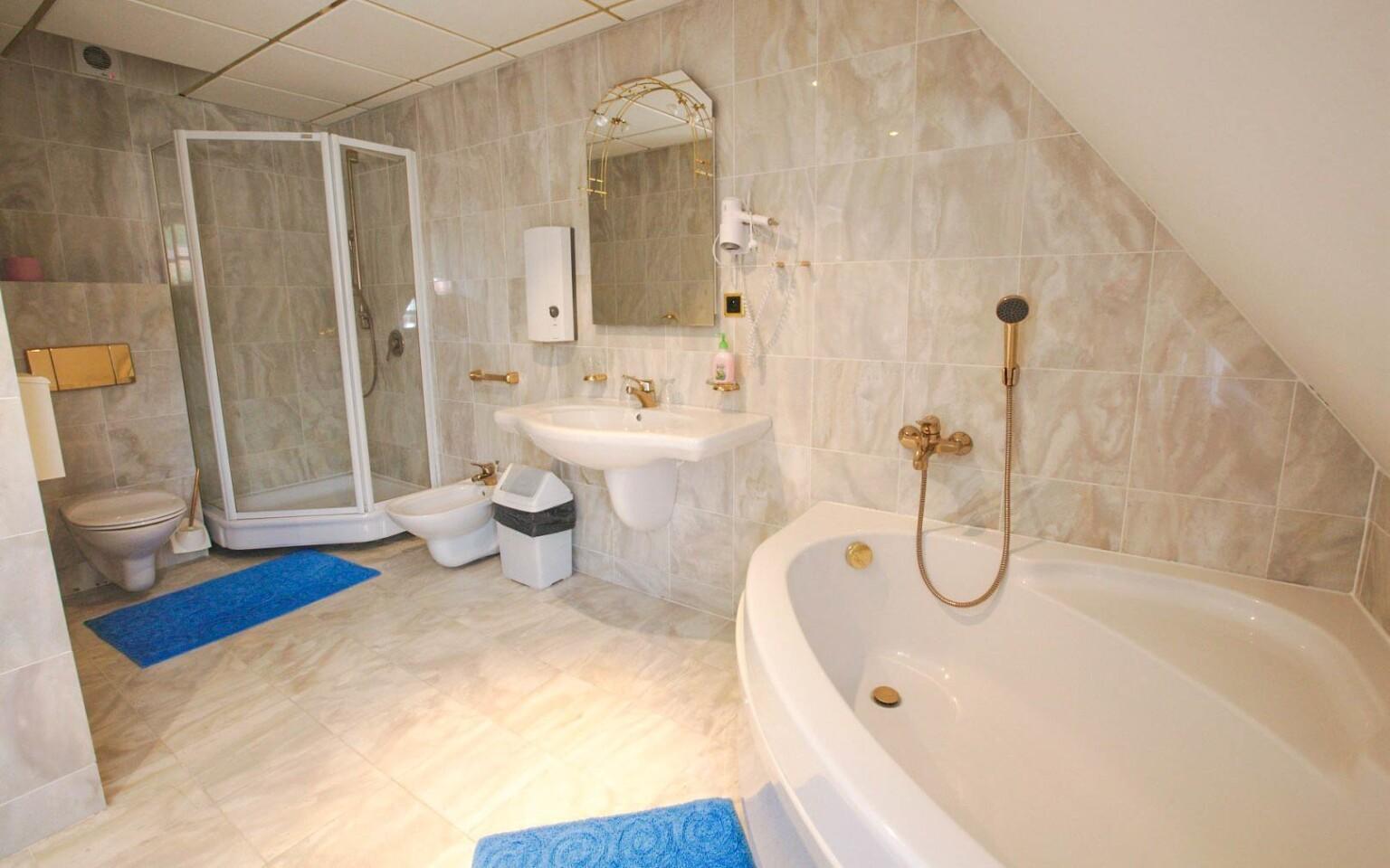 Součástí ubytování je vlastní koupelna