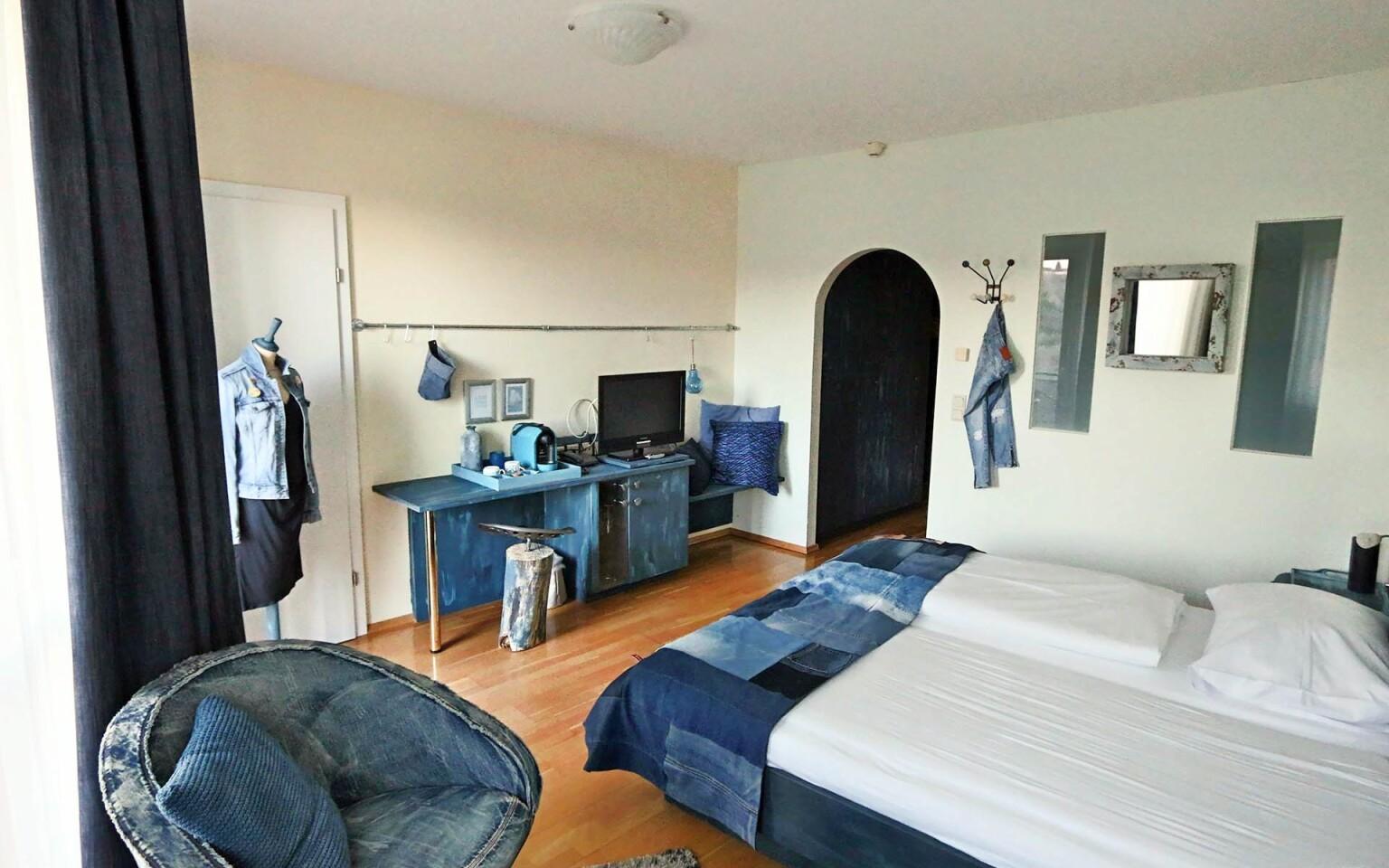 Zaujímavosťou je napríklad džínsová izba