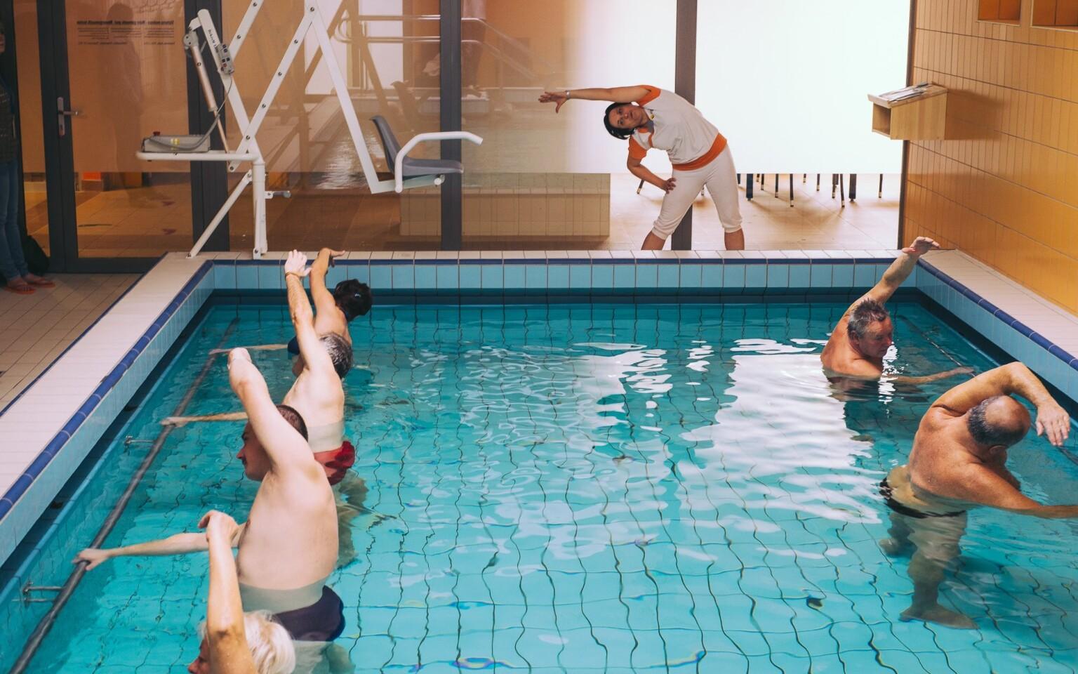 Zacvičte si v bazéne podľa inštruktorky