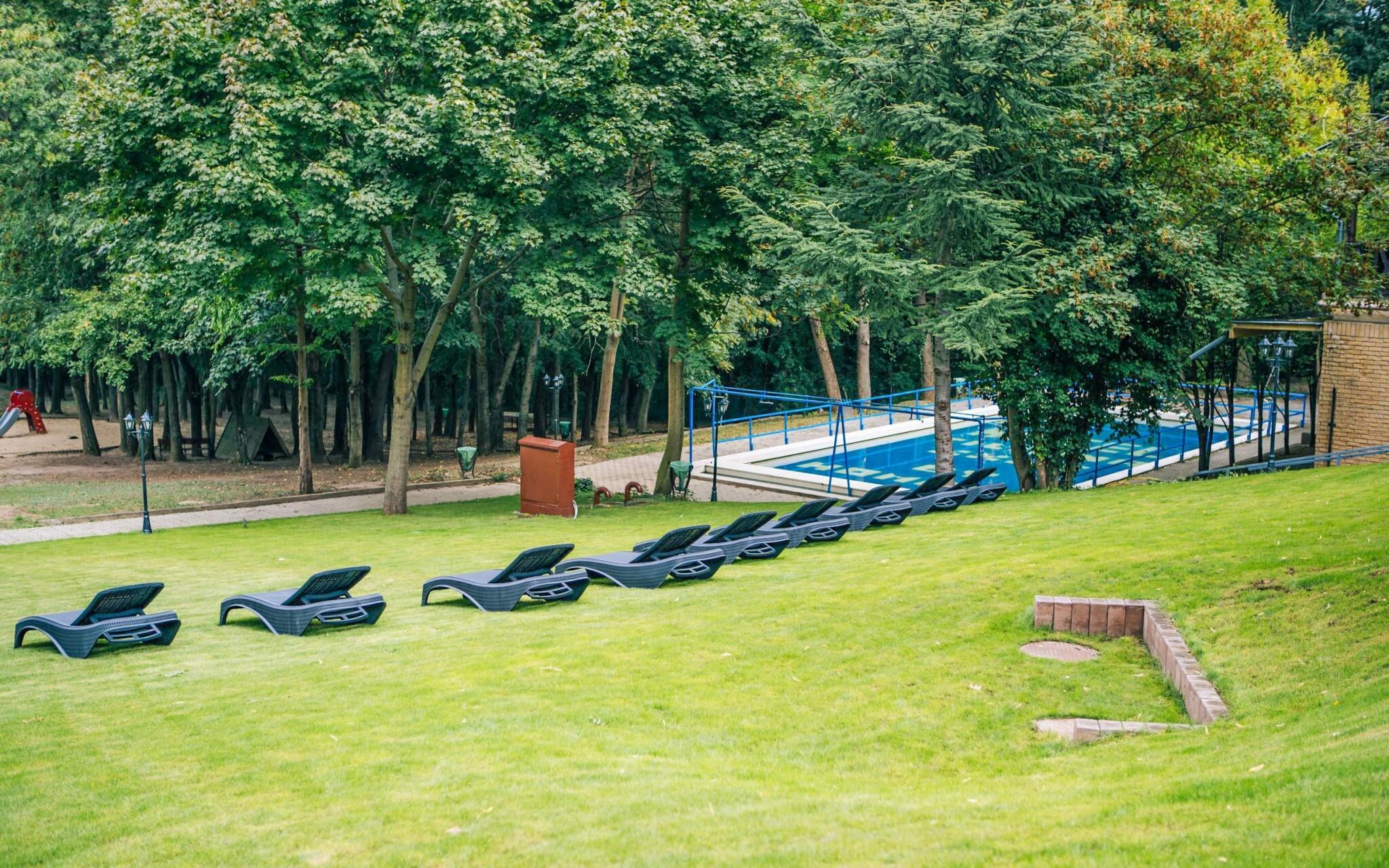 Na priestrannej záhrade sú k dispozícii lehátka i bazén