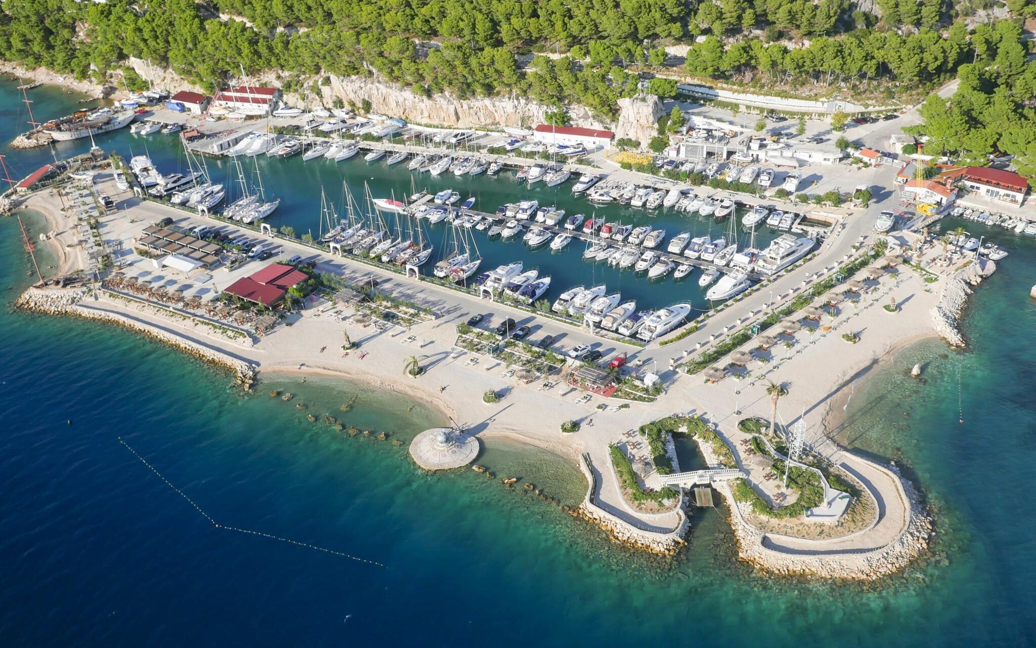 Prístav v Krkavici na Makarskej riviére, Chorvátsko