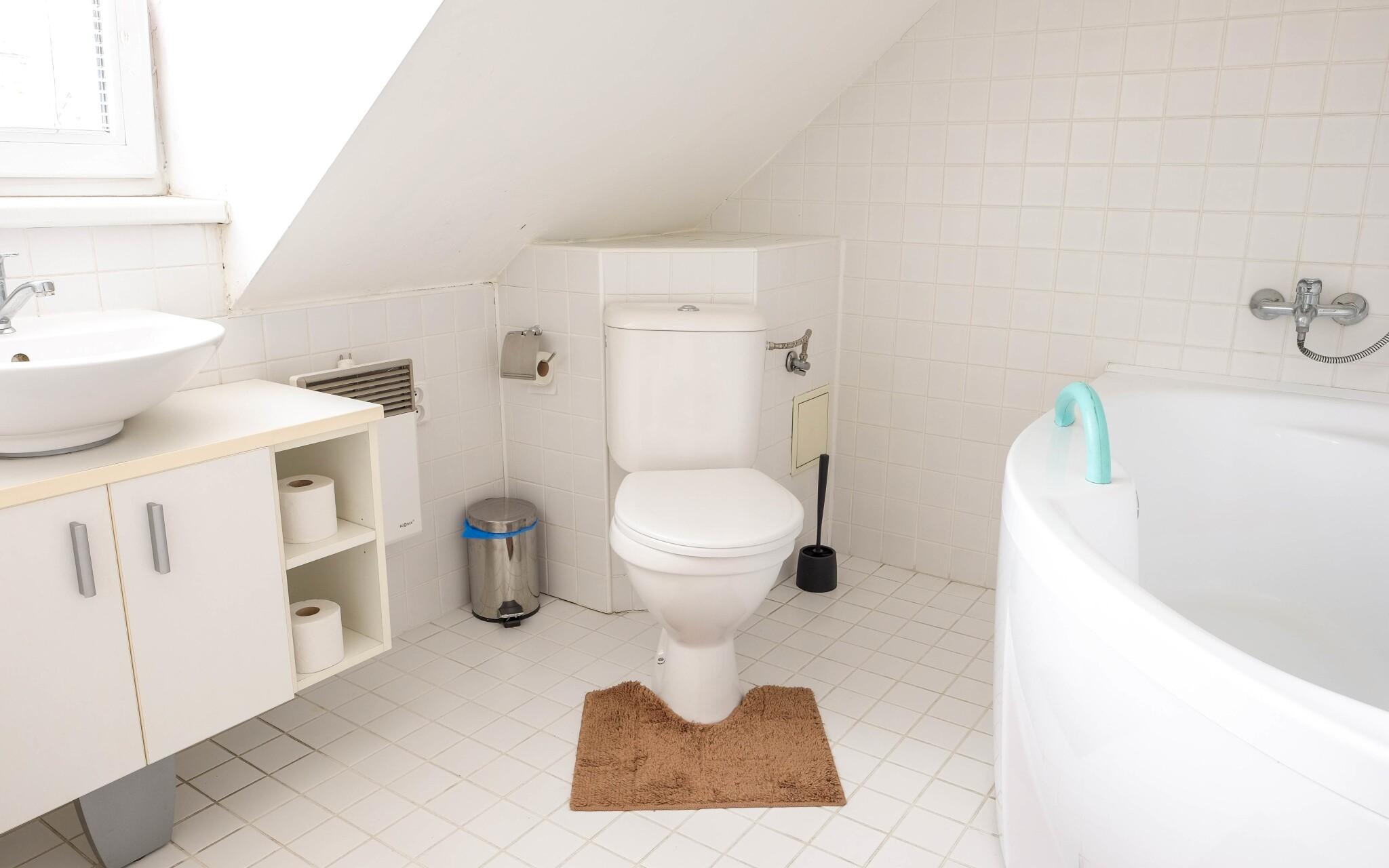 Priestranná kúpeľňa v izbe