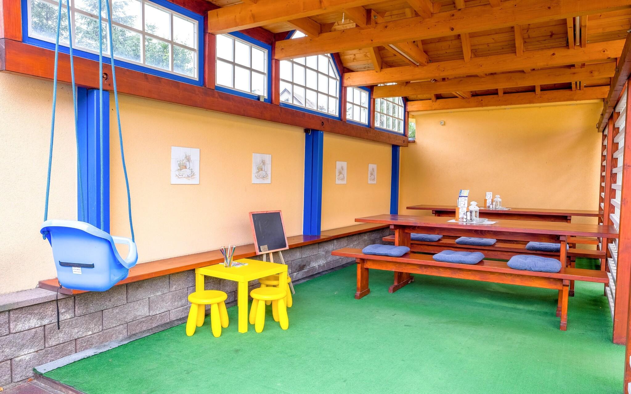 Posedenie pre dospelých a hojdačka pre najmenších
