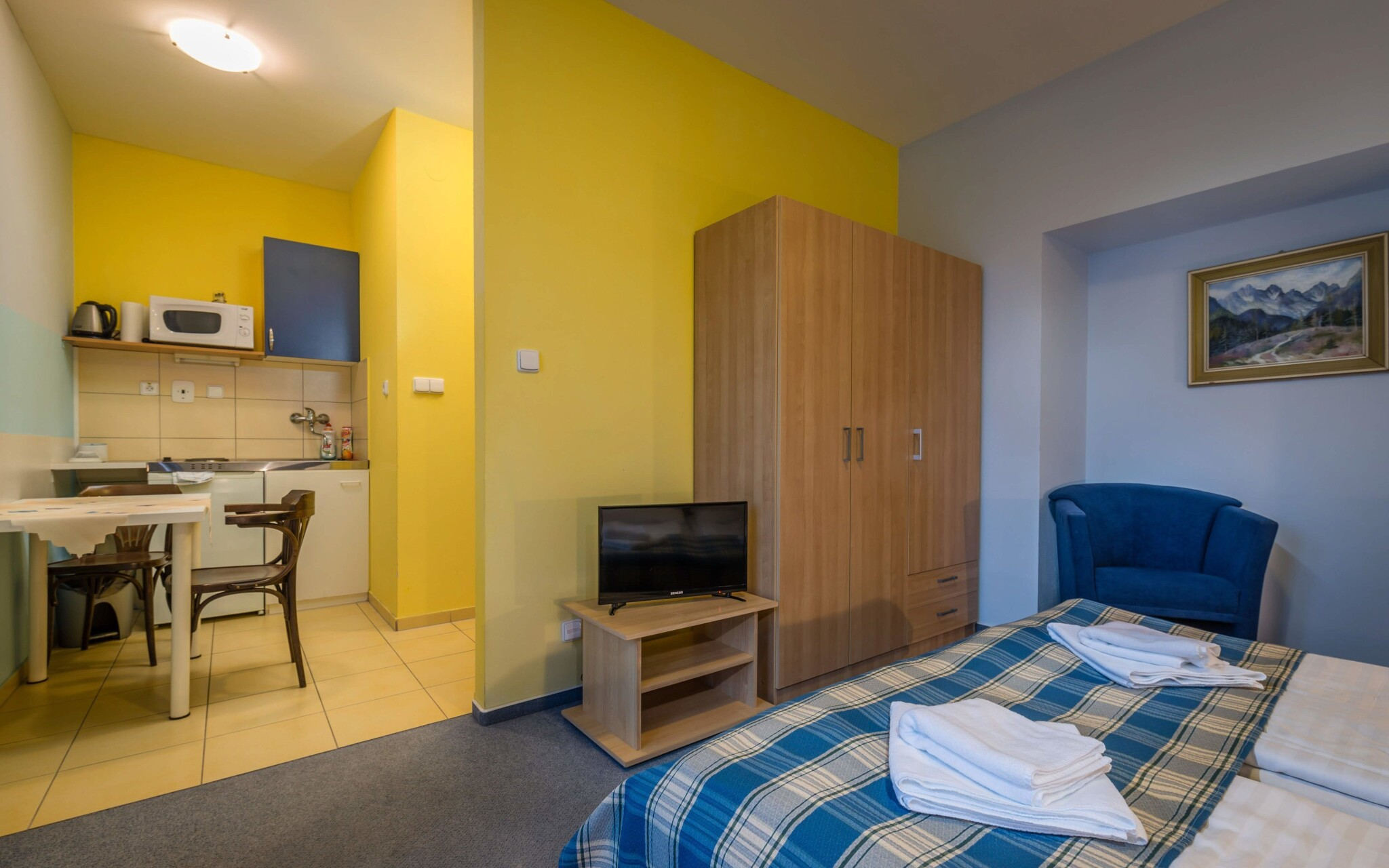 Studio s balkonem pro dvě osoby, ložnice a kuchyňka