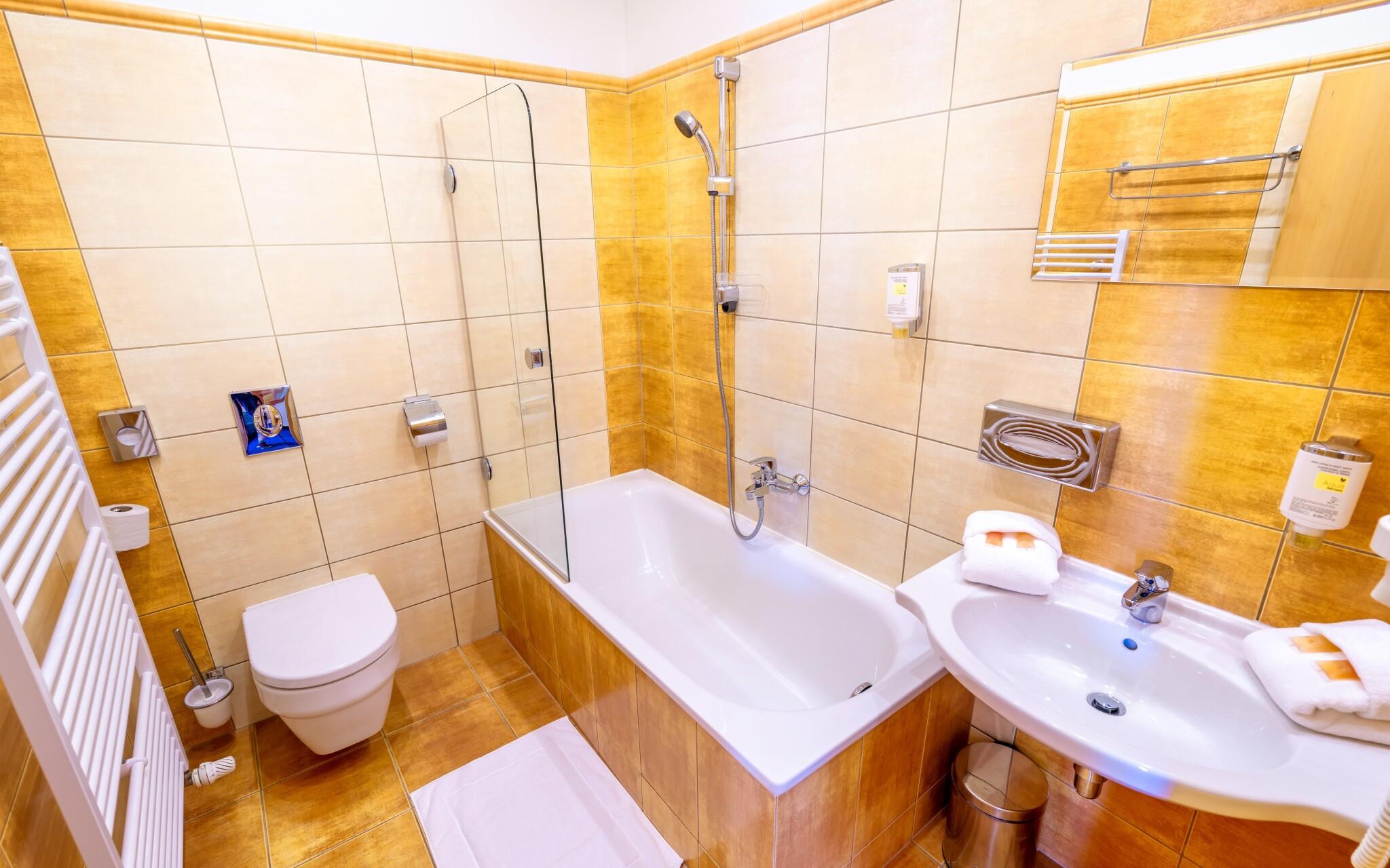 Moderná kúpeľňa v izbe je samozrejmosť