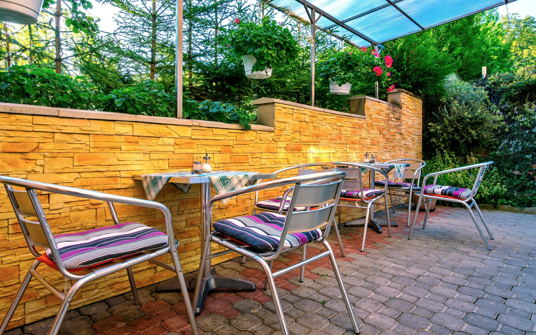 Vonkajšie posedenie v záhrade, Penzión Quatro IV.