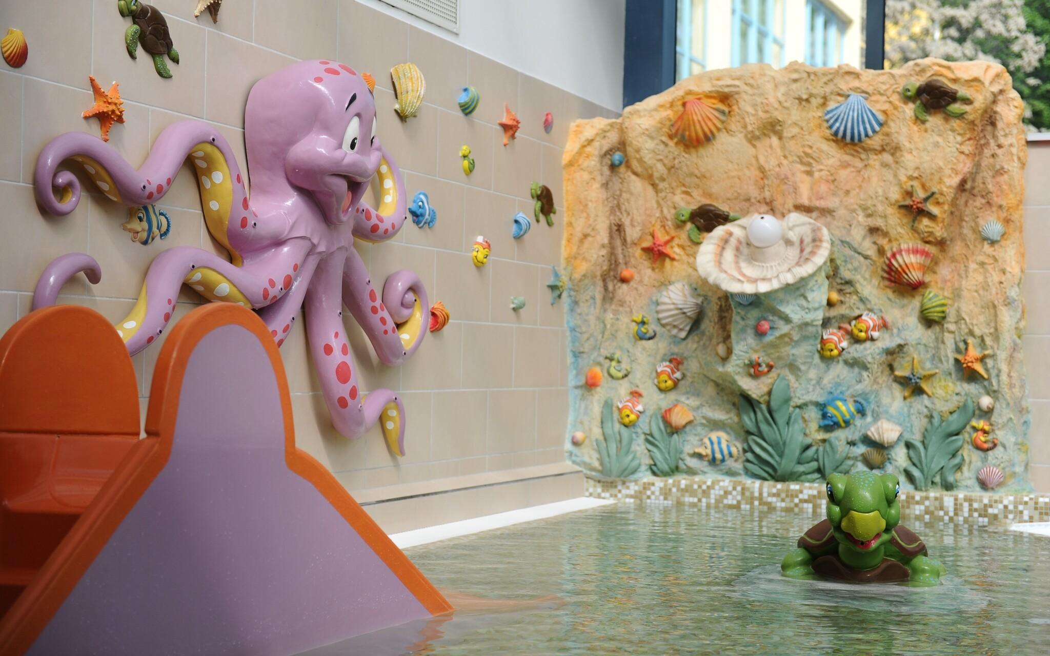 Deti sa zabavia vo vodnom svete