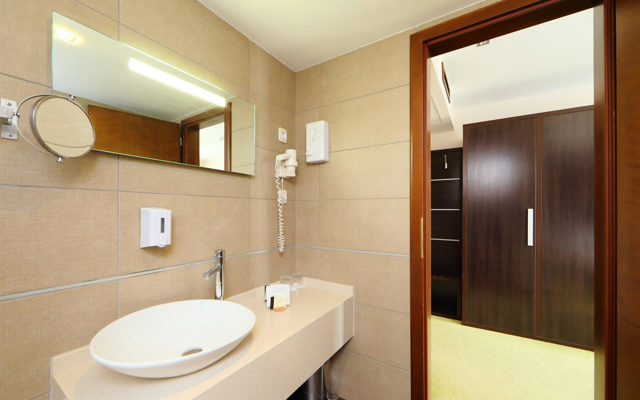 Štandardné aj Deluxe izby majú vlastnú kúpeľňu