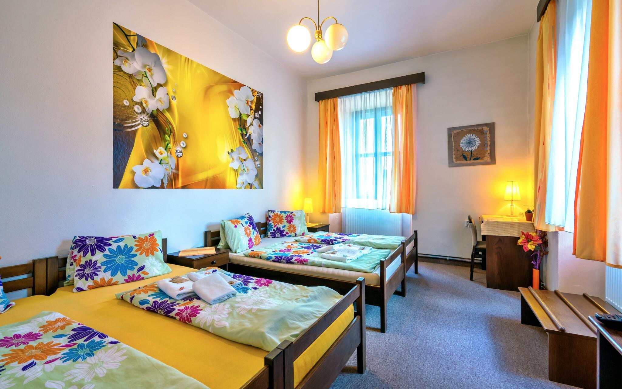Pohodlné a barevné pokoje, Hotel Hořice na Šumavě