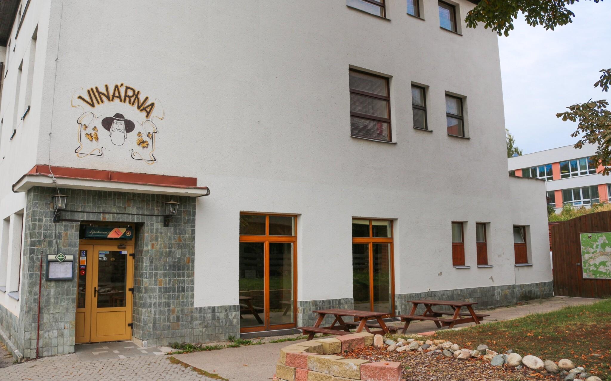 Zájsť môžete i do hotelovej vinárne, Rokytnice nad Jizerou