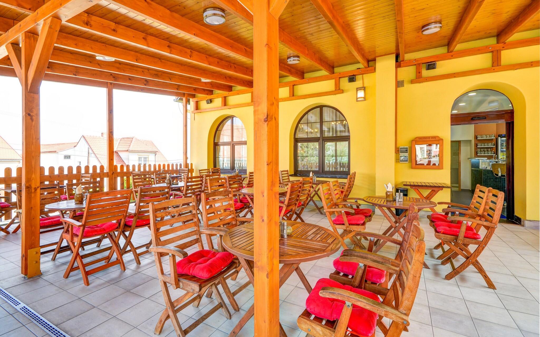 Posezení na terase, Wellness Hotel Iris *** Pavlov