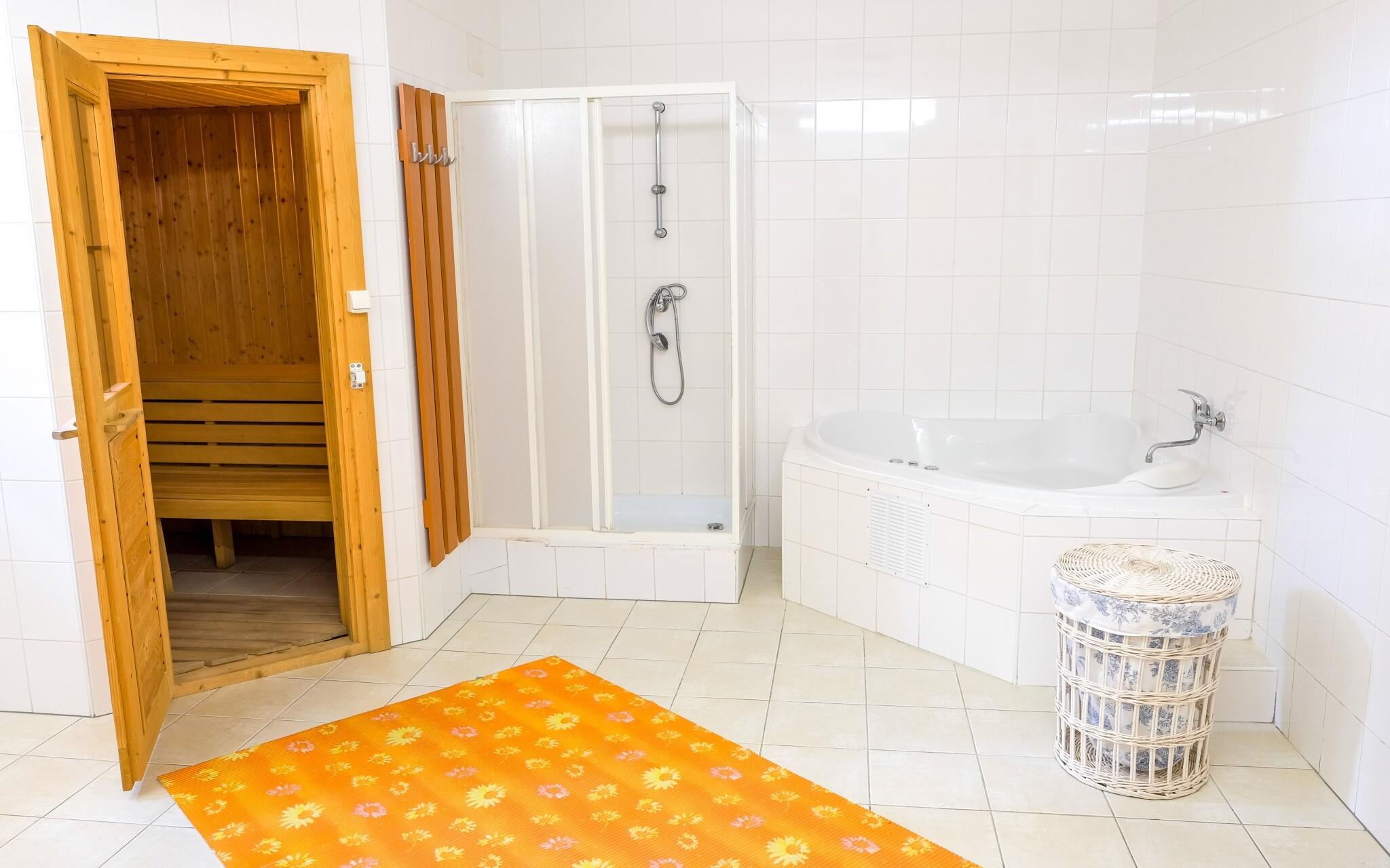Využijte malé wellness se saunou a vířivou vanou