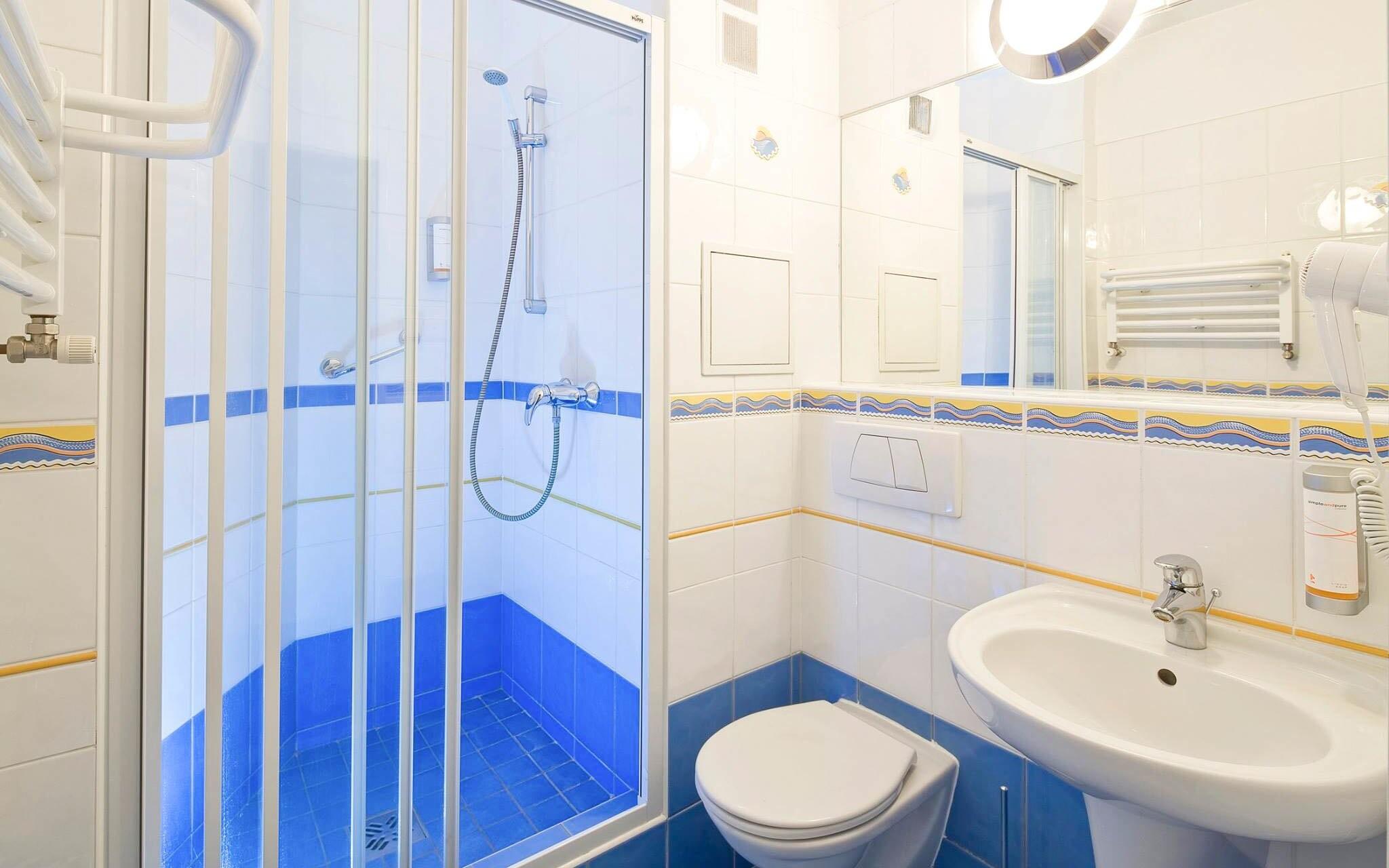 Súčasťou izby je svetlá kúpeľňa