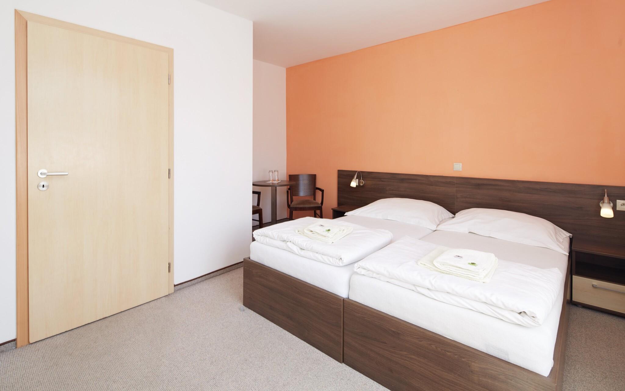 Večer budete usínat v pohodlné posteli v Hotelu Javorník