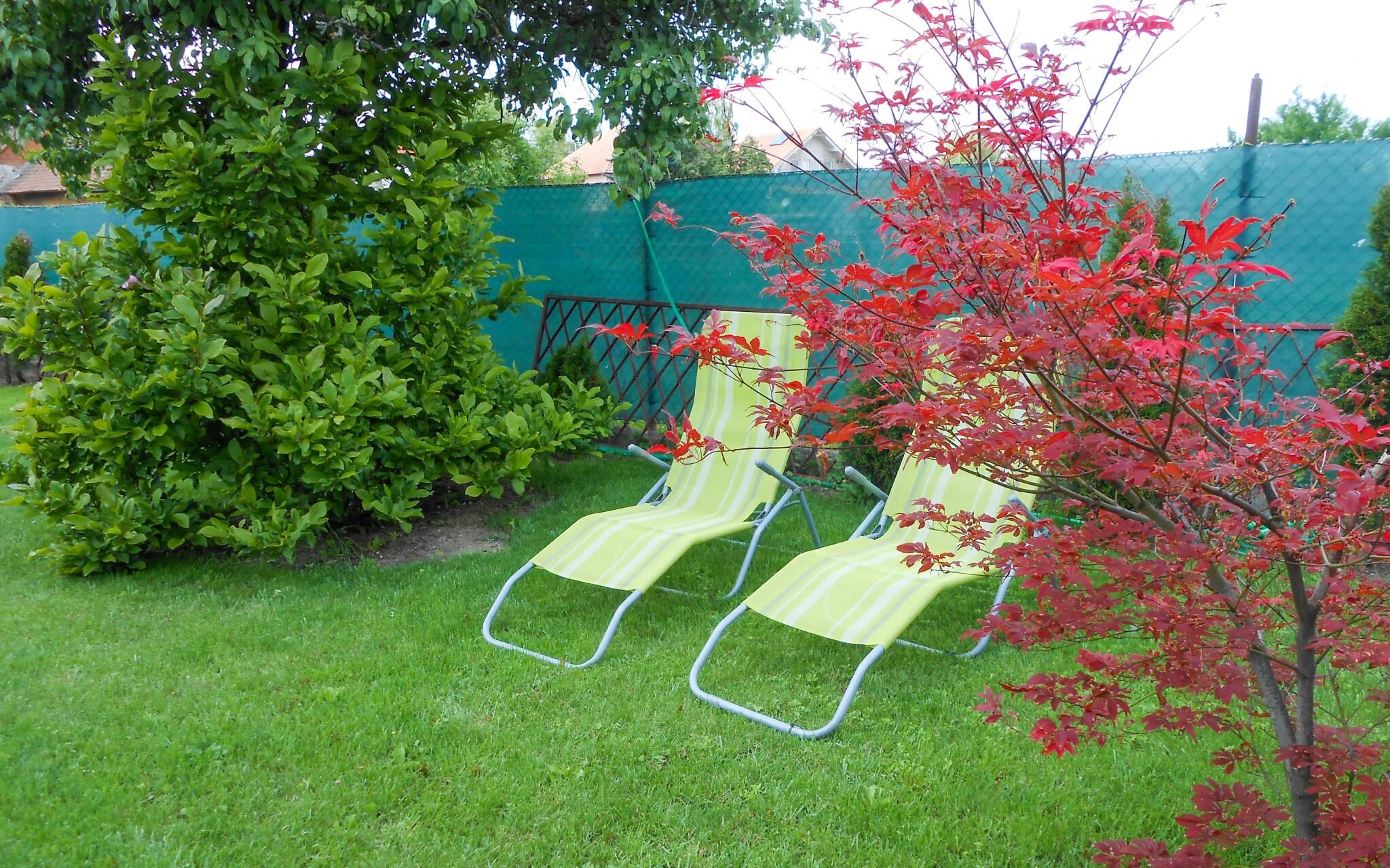 V teplých dňoch si poseďte vonku na záhrade