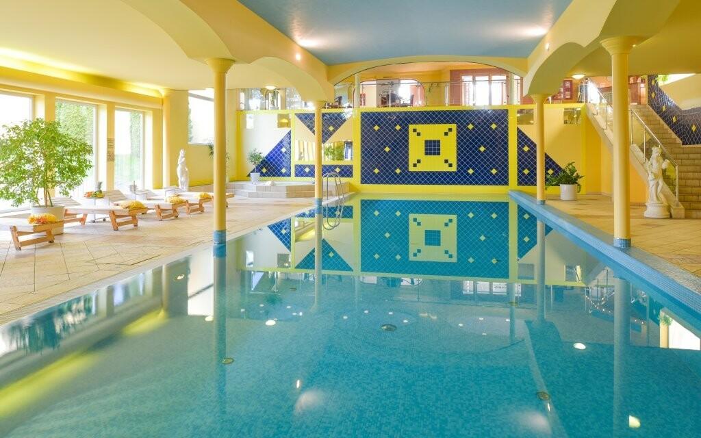 Kromě vířivky vás čeká i krytý bazén