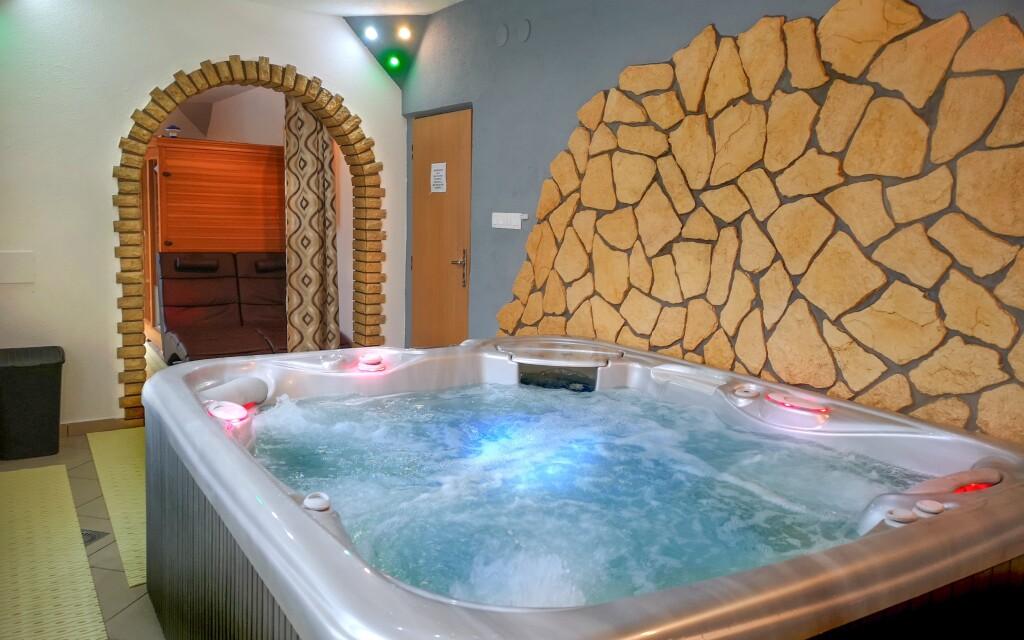 Vo wellness centre nájdete vírivku a saunu