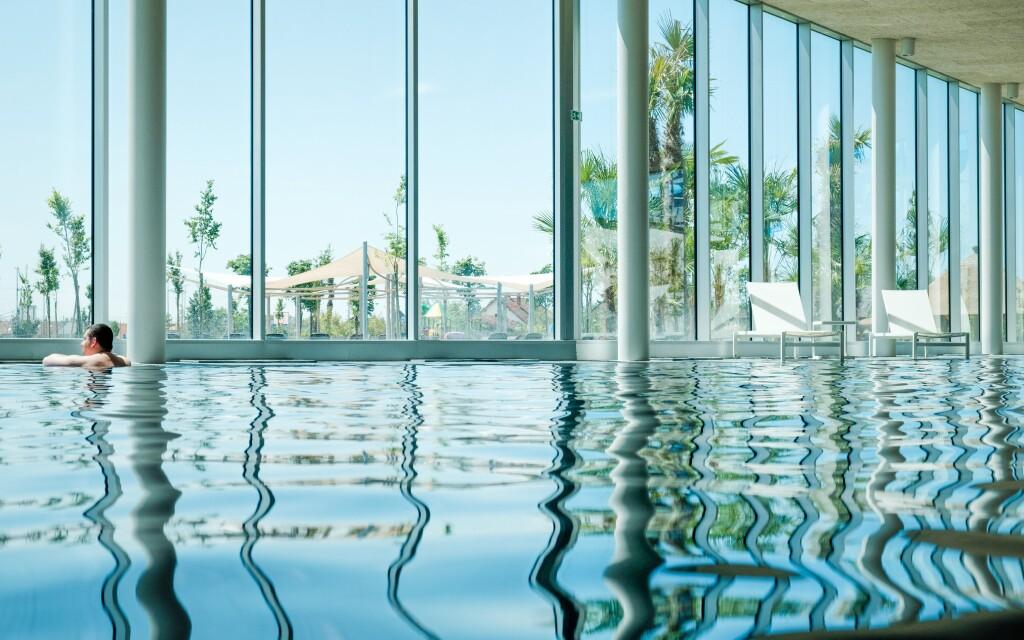 Fedett és szabadtéri medencék