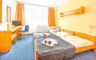 Ubytovanie je zabezpečené v komfortne vybavených izbách