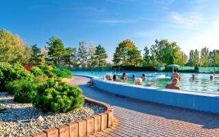 V bazénoch je veľa atrakcií, napríklad chrliče alebo trysky