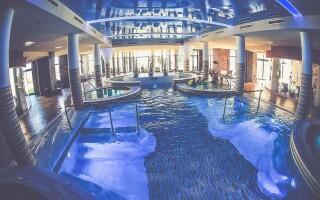 Beltéri medence, négy pezsgőfürdő, gyermekmedence és szaunák