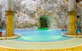 Élvezze az úszást egyedülálló Barlangfürdőben
