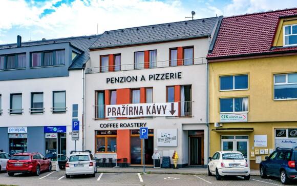 Penzion Nino Espresso ve Starém Městě zahrnuje i kavárnu