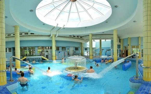 V bazénech je spoustu atrakcí, třeba chrliče nebo masážní trysky