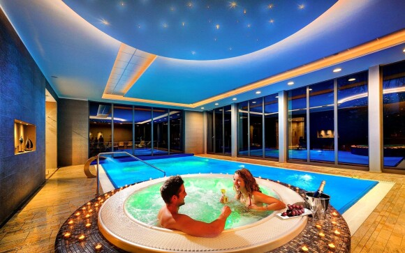Bazén s vířivkou ve wellness Hotelu Park ****