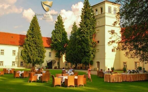 Dopřejte si dovolenou přímo na zámku obklopeném zelení