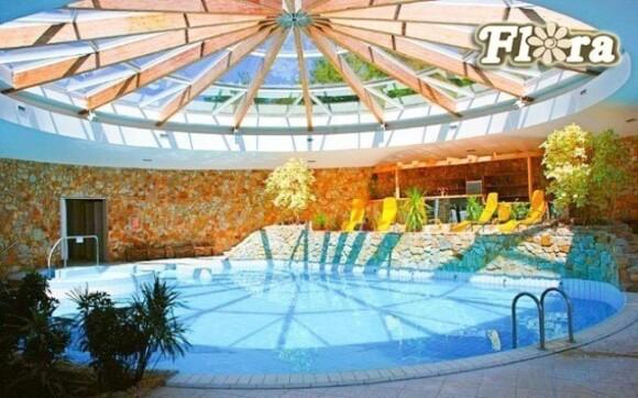 Odpočiňte si v hotelovém bazénu