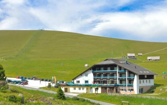Hotel se nachází uprostřed krásné zelené přírody.