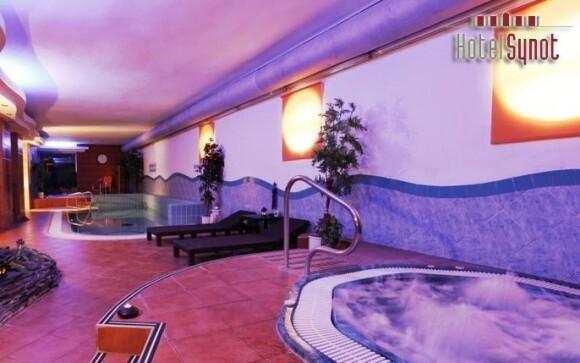 Užijte si neomezený vstup do aquacentra s bazénem a whirlpoolem