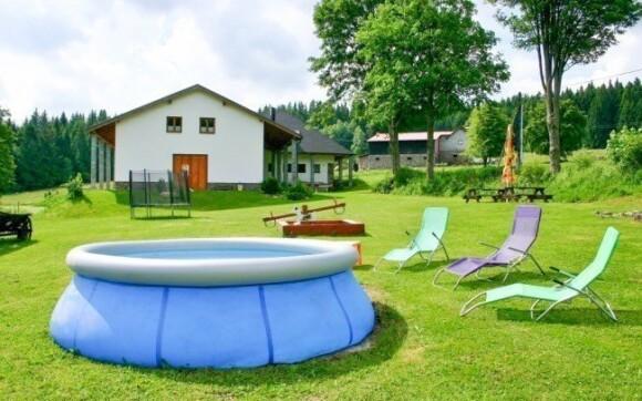 Odpočívat můžete v zahradě, pro děti je zde hřiště
